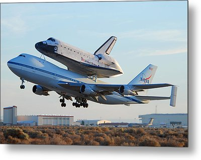 Space Shuttle Atalantis Departs Edwards Afb July 1 2007 Metal Print by Brian Lockett