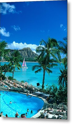 Waikiki And Sailboat Metal Print by Tomas del Amo - Printscapes