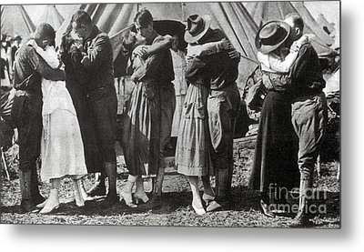 Wwi, Doughboys Kiss Sweethearts Goodbye Metal Print by Science Source