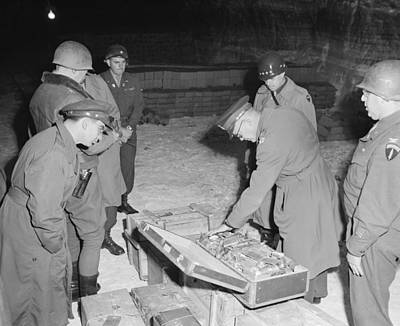 U.s. Commanders Examine A Suitcase Poster by Everett