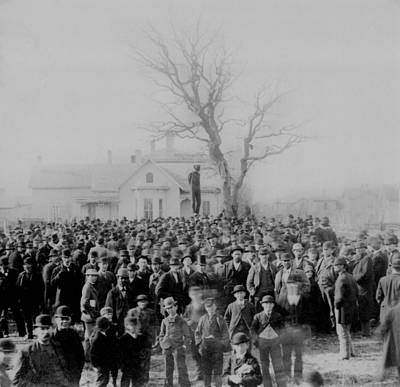 1000 People Gather To See The Body Of Poster by Everett