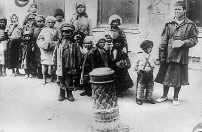 Babushka Photograph - Russia Famine, 1921 by Granger
