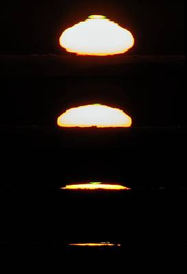 Setting Sun Print by Babak Tafreshi