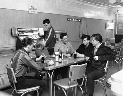 Juke Box Photograph - Teenagers Hanging Out by Underwood Archives