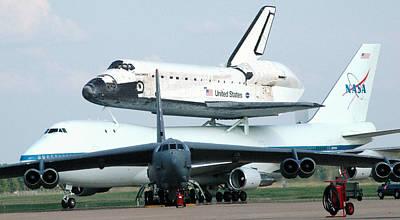 747 Photograph - 747 Transporting Discovery Space Shuttle by Science Source