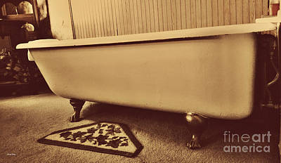 Old House Photograph - Claw Foot Tub by Cheryl Young