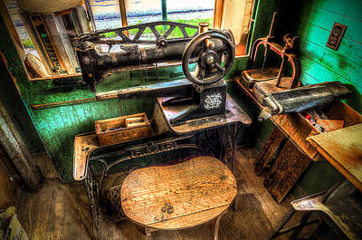 Window Bench Photograph - Cobblers Sewing Machine by David Morefield