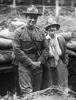 Hayward Photograph - Col. Hayward And Sculptor by Underwood Archives