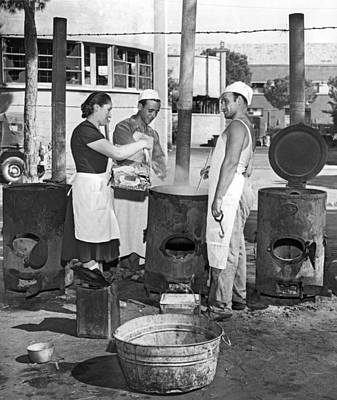 Washtub Photograph - Cooking Pasta In Cinecitta by Underwood Archives