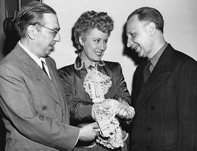 Movie Star Photograph - Dunne And Pulitzer Recepients by Underwood Archives