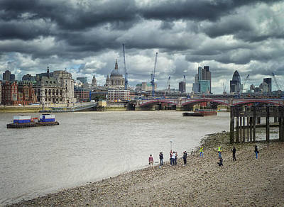 Film Crew On The Thames - London Back-drop Print by Kim Andelkovic