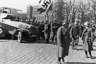 World Capitals Photograph - German Panzer In Vienna by Underwood Archives