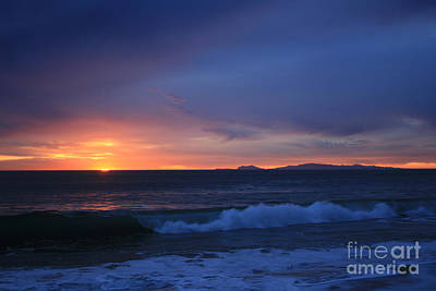 Last Ray Of Sunlight At Pt Mugu With Wave Print by Ian Donley