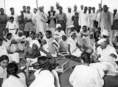 Mahatma Gandhi Photograph - Mahatma Gandhi And Nehru by Underwood Archives