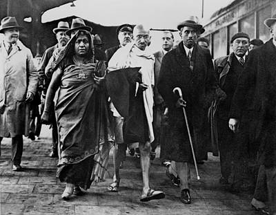 Mahatma Gandhi Photograph - Mahatma Gandhi Arriving At Folkstone by Everett