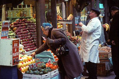 People Photograph - Manhattan Fruit Stand 1967 by Frank Tozier