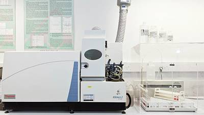White Lab Photograph - Mass Spectroscopy System by Crown Copyright/health & Safety Laboratory Science Photo Library