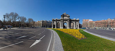 Arches Memorial Photograph - Memorial Gate In A City, Alcala Gate by Panoramic Images
