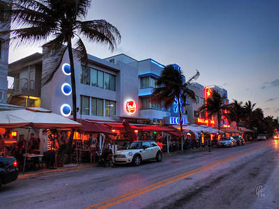 Miami - Deco District 014 Print by Lance Vaughn