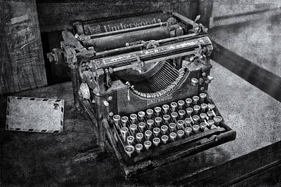 Typewriter Photograph - Old Fashioned Underwood Typewriter Bw by Susan Candelario