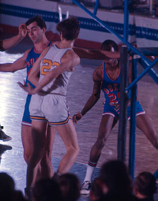 Pete Maravich Behind The Back Pass Print by Retro Images Archive