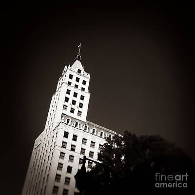 Tennessee Photograph - Point To The Sky Memphis Tennessee by T Lowry Wilson