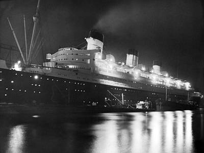 Queen Mary Photograph - Queen Mary At Nighttime by Underwood Archives
