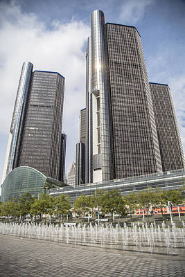 Renaissance Center And Fountain Print by John McGraw