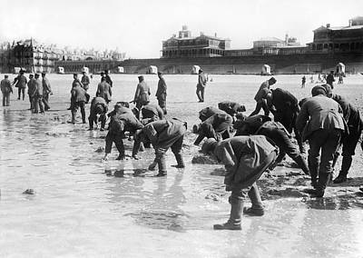 1916 Photograph - Soldiers Collecting Seashells by Underwood Archives