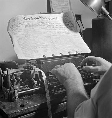 Times News Sent By Morse Code To Ships Print by Science Source