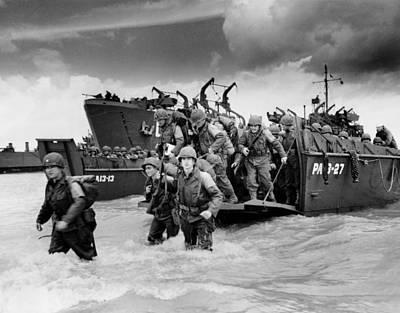 U.s. Soldiers Landing On Utah Beach Print by Everett
