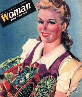 Woman 1942 1940s Uk Land Girls Dig Print by The Advertising Archives