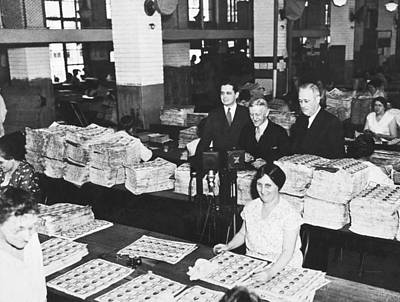 Washington D.c. Photograph - Workers Making Money by Underwood Archives