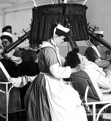 Early 1900s Photograph - Early X-ray Machine by Science Source