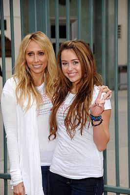 Tish Cyrus, Miley Cyrus In Attendance Print by Everett