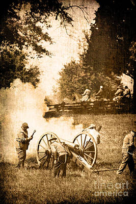 Confederate Soldiers At The Canon Print by Stephanie Frey