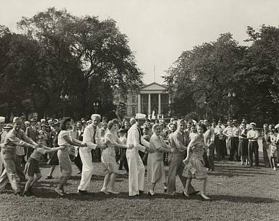 Congas Photograph - Jubilant V-j Day Crowd Dancing by Everett