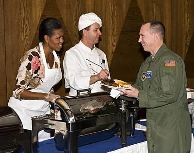 Michelle Obama Talks Talks With U.s Print by Everett
