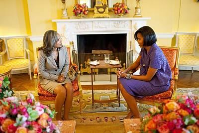 Michelle Obama Talks With Elizabeth Print by Everett