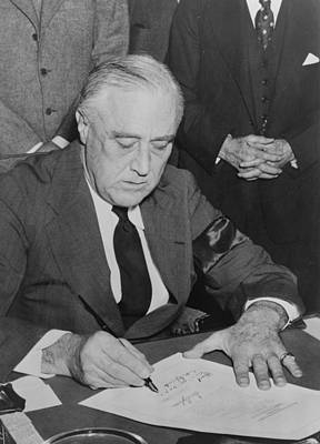 President Roosevelt Signs Declaration Print by Everett