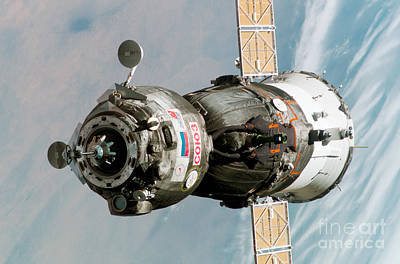 Iss Expedition 11 Crew Arriving Print by NASA / Science Source