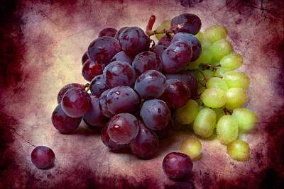 Grapes Red And Green Print by Alexander Senin