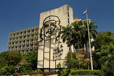 Cuba Photograph - Image Of Che Guevara On The Front Of The Ministry Of Interior Bu by Reimar Gaertner