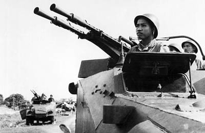Airfield Photograph - North Vietnamese Gun Crew by Underwood Archives