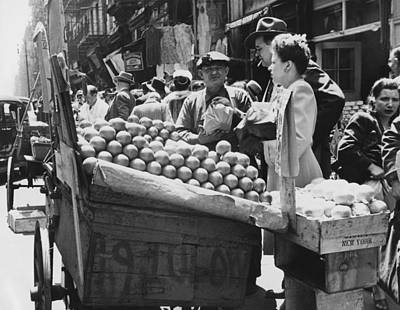 Food Stores Photograph - Ny Push Cart Vendors by Underwood Archives