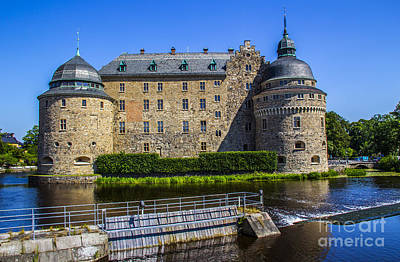Orebro Photograph - Orebro Castle And Dam by Roberta Bragan