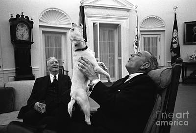 President Johnson Sings With Yuki, 1968 Print by Science Source