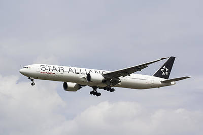 Jet Star Photograph - Star Alliance Boeing 777 by David Pyatt