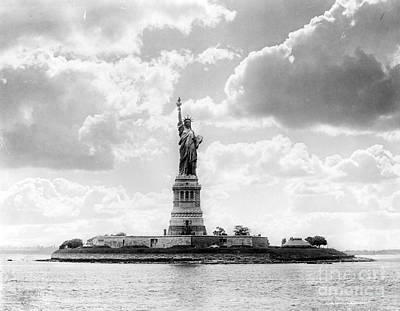 Liberte Photograph - Statue Of Liberty, 1905 by Science Source