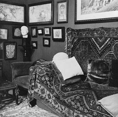 Freud Photograph - The Couch In The Consulting Room by Everett